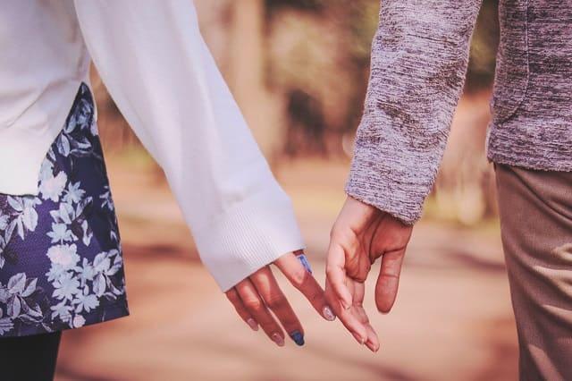 つらい恋愛と向き合う女性