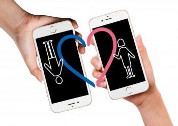 LINEで分かる好き避けと嫌い避けの違いをイメージした「男女が携帯を近づけている画像」。本当は好き避けの態度を取っていたことが分かった。