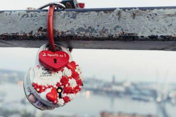 恋愛のロマンティックさを感じるハートの南京錠。クーポン理由はロマンティックじゃない。