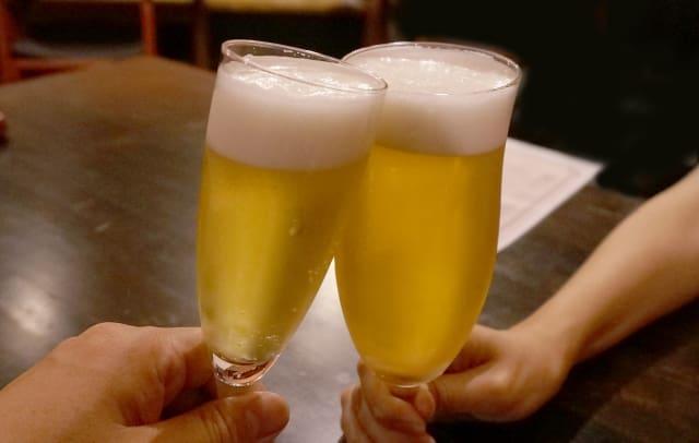 急に飲みに誘う男性心理を考えながら行う乾杯の様子