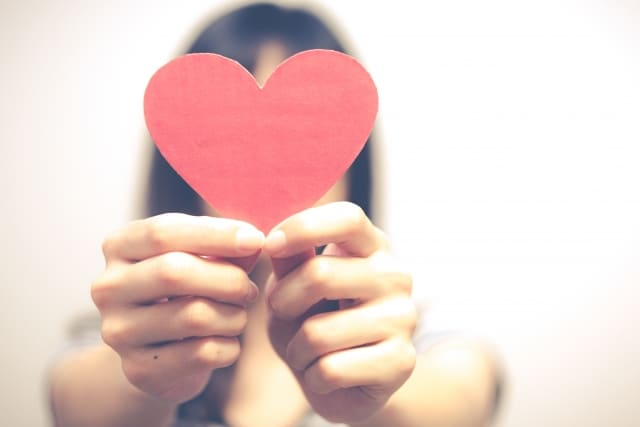 好きな人に好きか聞かれた女性が答え方に愛情を含ませている様子