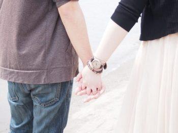付き合う前にデートで手をつないだカップルの画像。