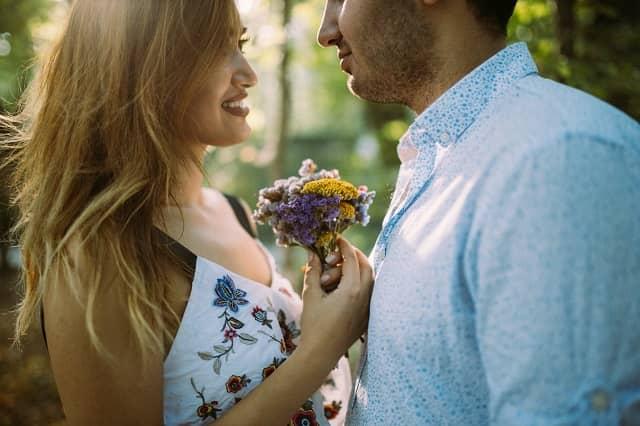 彼氏に愛情表現してほしいと思ってる女子が好きっていってもらう方法を実践した様子
