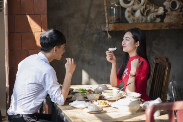 いい雰囲気なのに告白してくれない男性と食事する女性