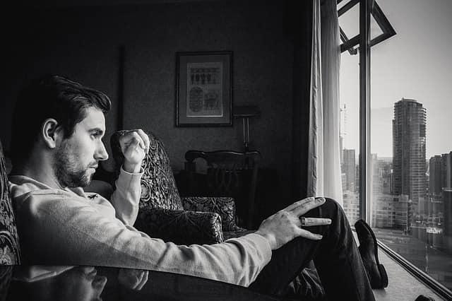 男性の照れ隠しの態度で「ポーカーフェイス」の画像。