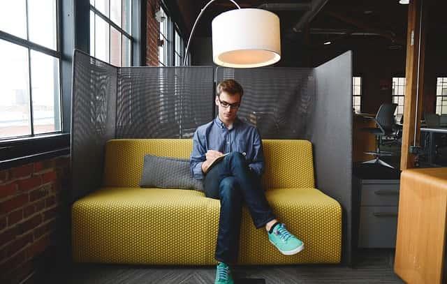 男性の職場で取る「照れ隠しの態度」の画像。