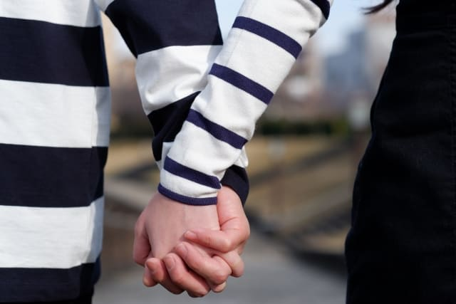 彼氏からいきなりデートに誘われた女性の手