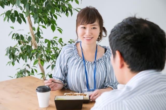 職場恋愛している女性が、好きな人から励まされた時の様子。脈ありかなと期待している