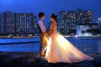 必ずしも結婚する必要はないと考える人でも憧れる「結婚式」をしているカップル。