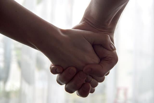 手を繋ぐのが苦手なのは、掴まれる感じが嫌だから。
