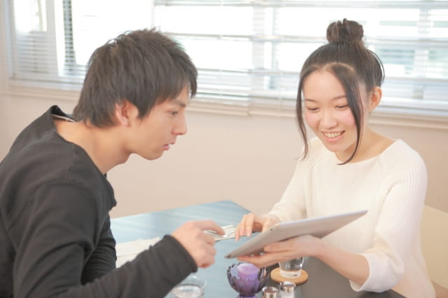 男子大学生が茶髪にするデメリットを解説する女子。