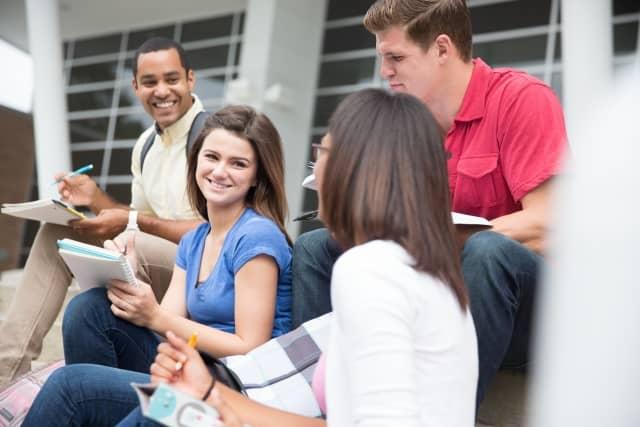 大学生のグループ。茶髪と黒髪の割合をイメージ。