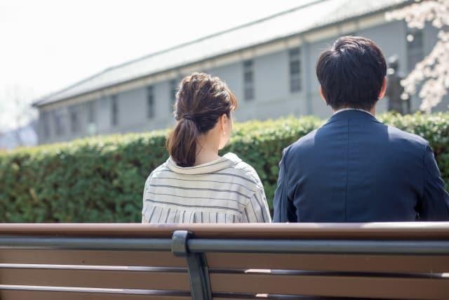 失恋した女性にアプローチする男性