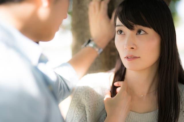 異性に恥ずかしい心理で接する女性がそれでも自分を魅力に表現する様子