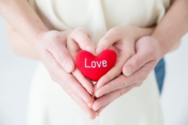 男性の甘えたいサインは彼女への信頼の証!信頼関係を象徴するカップルの手