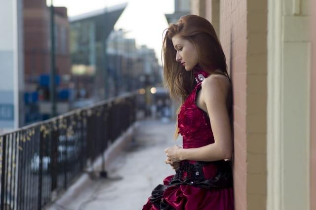 好きな人に彼女ができたから、迷惑にならないように好きだから離れる女性