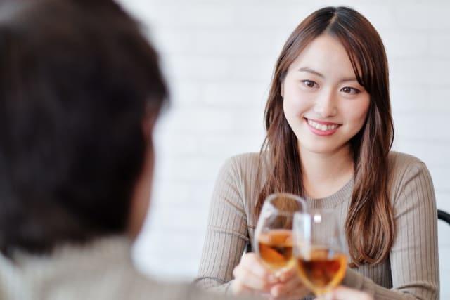 片思いから両想いになったか知りたい女性が好きな人と食事しているところ