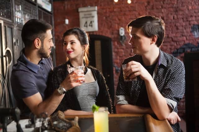 好きな人の友達と3人で食事することになった女性