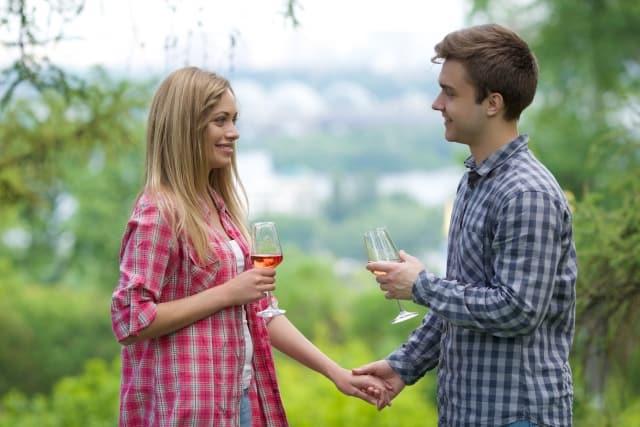 男性から試しに付き合ってみようと言われた女性が返事に迷ってるところ