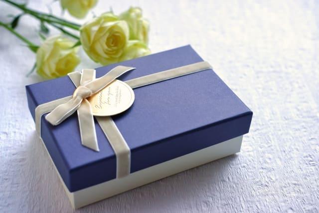 バレンタインに振った女性からプレゼントをもらった場合のお返しの仕方を考える男性