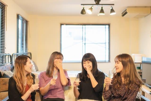 周りの友達に好きバレしたけど、ライバルが減ったメリットを享受する女性