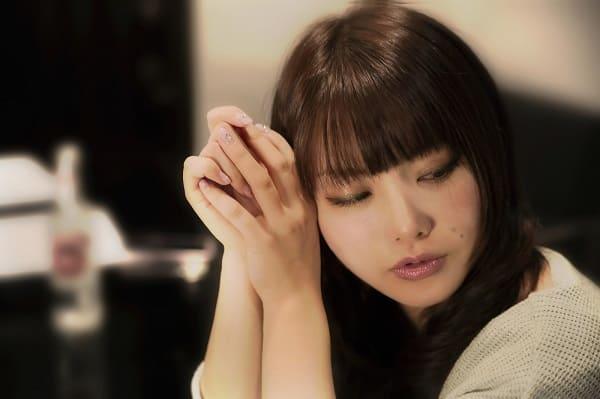 好きな人から雑に扱われることで、恋愛対象外を自覚した女性の寂し気な表情。