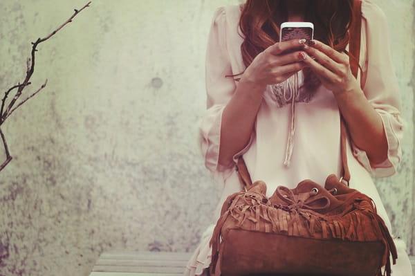 LINEでデートに誘ったのに返信が遅いことに悩んでいる女性。