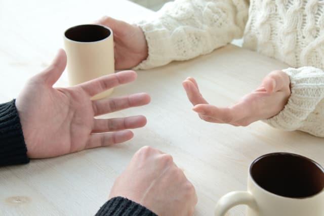 彼氏との交際を父親から反対された女性が対処法として話し合いをしている様子